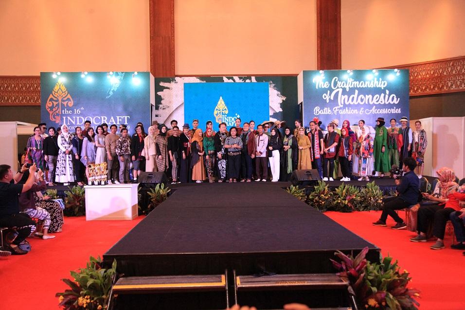 Fashion Show 40 Designer KDEI Bertajuk 'Flora Fauna Indonesia Fashion Show 2020' Di Indocraft 2019