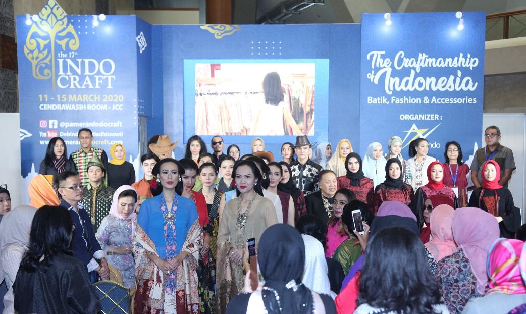 IEDC Gelar Fashion Show dan Berikan Penghargaan Bunda Etnik Indonesia Di Indocraft 2020